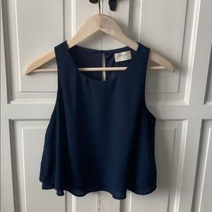 Sleeveless double layer cropped blouse.